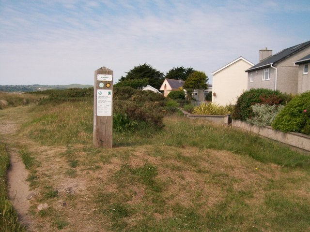 Path marker beyond the promenade