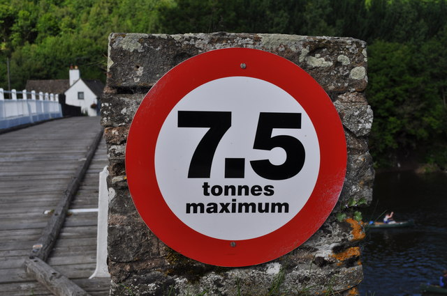 7.5 tonnes maximum weight sign on toll bridge