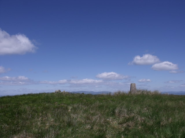 Cairn and trig point, Birns