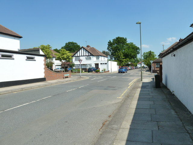 Approaching the srossroads of  Chesham Avenue and Crescent Drive