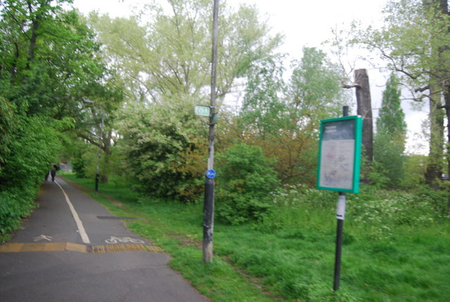 Cycleway and Capital Ring diverge, Tooting Bec Common