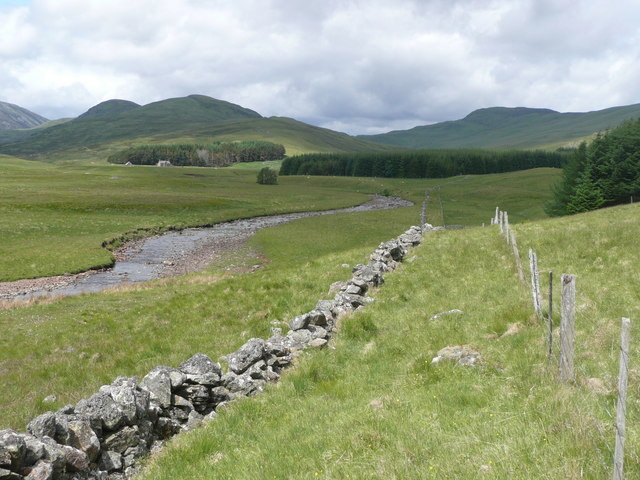 Dry stone wall and fence in Gleann Fearnach