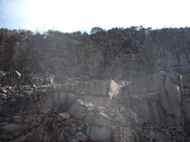 Warped Andesite Dyke in the south wall of Kemnay Quarry