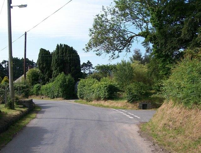 Lon Fawr approaching the mouth of a cul-de-sac north of Cefn Edern