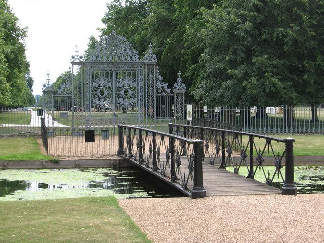 Hampton Court - bridge over South Canal