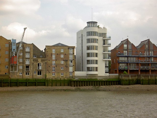 Art Deco style apartment on the south bank of the Thames