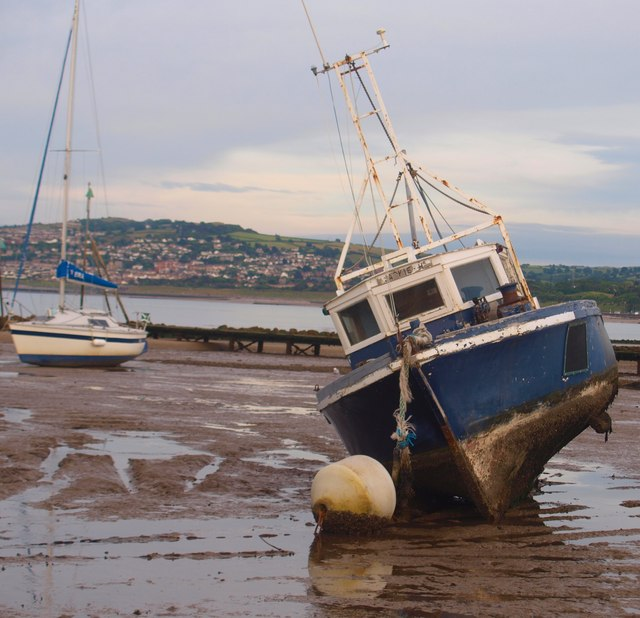 Cwch pysgota ar drai / A fishing boat at low tide