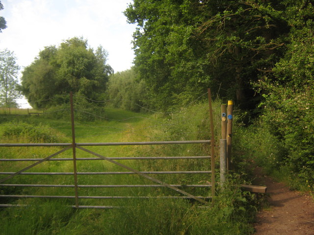 Footpath and bridleway junction near Hill Hoath Farm