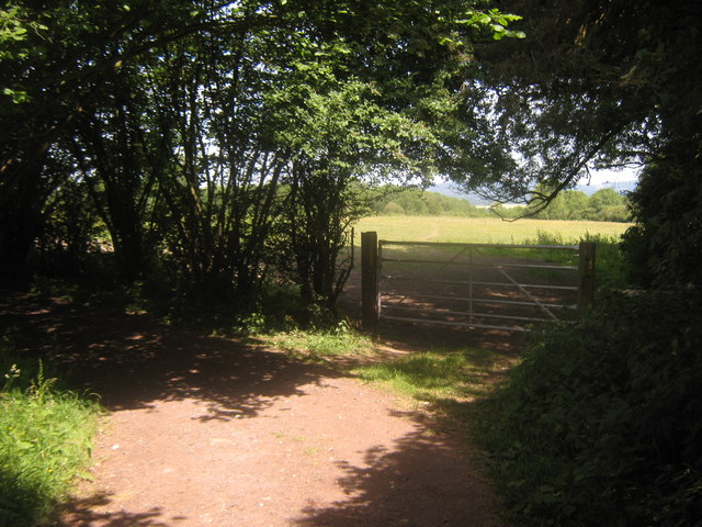 Footpath junction on a bridleway near Round House Farm