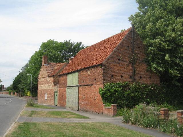 Station Farmhouse and barn, Claypole