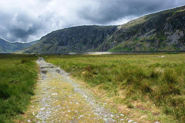 The flood wall of Llyn Eigiau