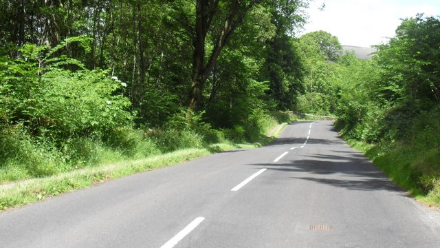 The B5289 heading north below the Great Wood