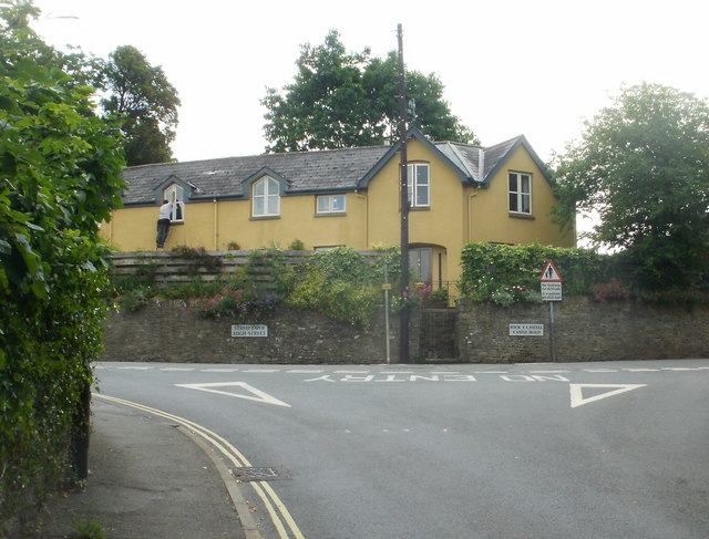 Crickhowell : T-junction at top end of Bridge Street
