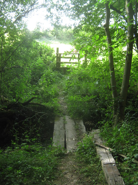 Footbridge over Long Shaw Wood stream