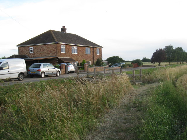 Houses and footbridge at Pyewpie Farm