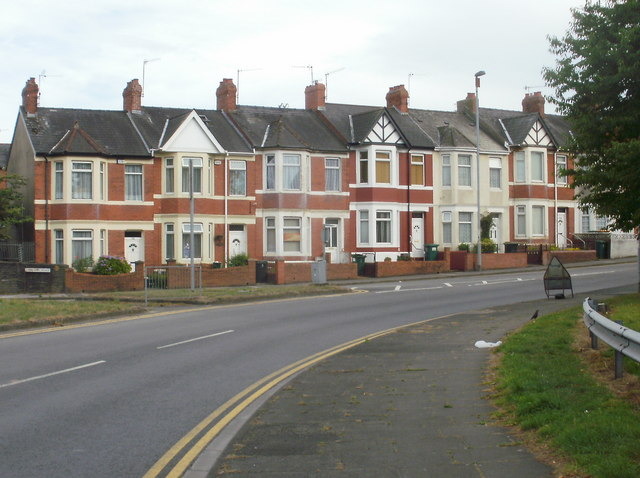 Newport : Caerleon Road houses adjacent to M4 roundabout