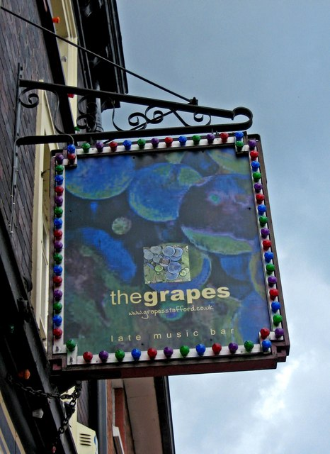The Grapes (pub sign), 5 Bridge Street