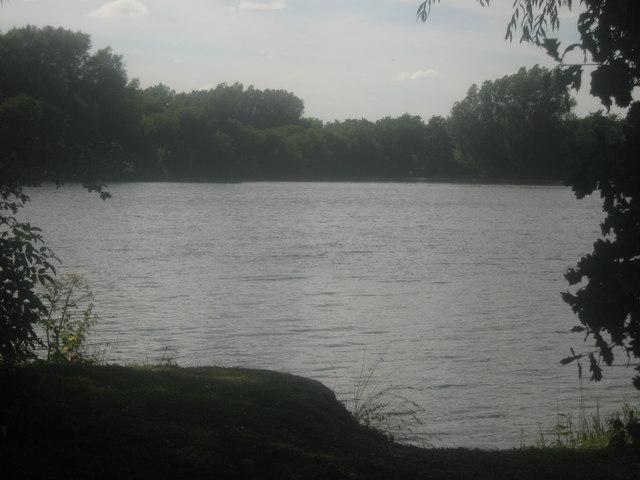 Gravel Pit Lake beside the River Little Stour
