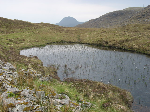 A small, unnamed lochan west of Cleit Ard