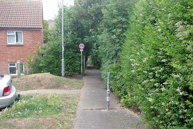 Footpath from Etherton Way to Vale Road