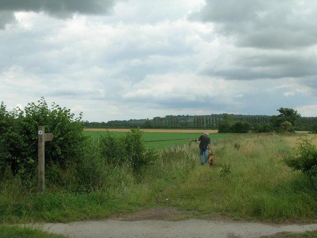 Centenary Way Footpath heading east