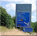 TQ5780 : Motorway sign for junction 30/31, M25 by N Chadwick