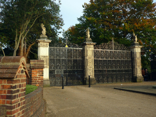 Ornamental Gate Hatfield House 169 Julian Osley Cc By Sa 2