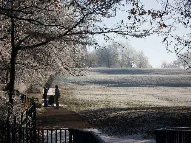A frosty route to the town centre, Abbey Fields