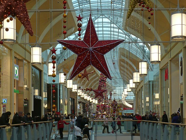 Christmas shoppers and decorations st robin drayton for Christmas decorations online shopping