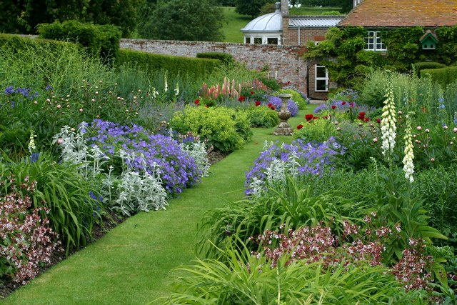 Kirby house herbaceous border stuart logan geograph for Garden design planting schemes