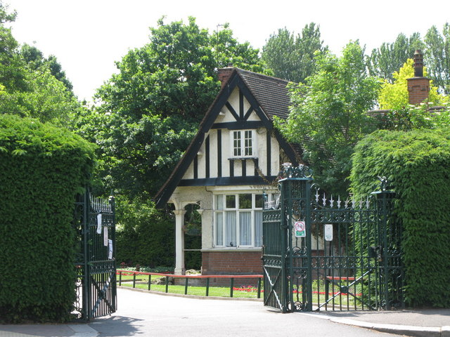 Gates at the northern entrance to Kelsey Park