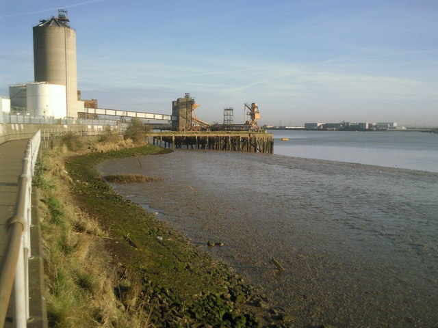 Along the Thames Path north of Erith