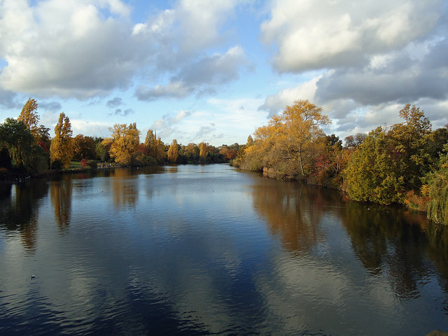 The Long Water, Kensington Gardens, in Autumn