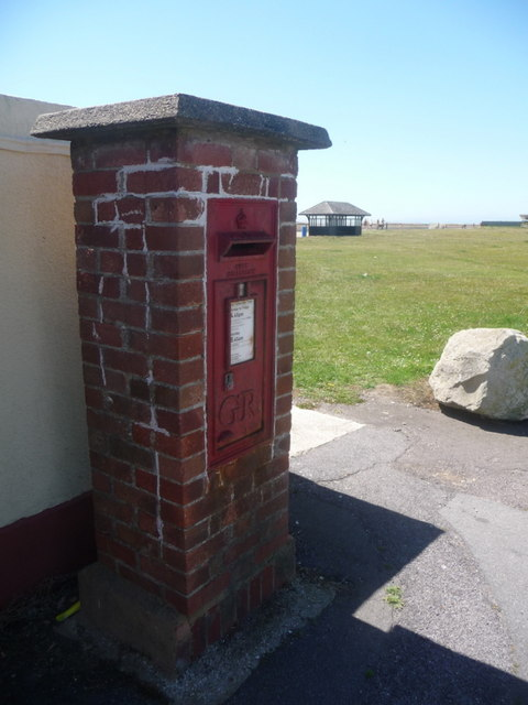 Milford on Sea: postbox № SO41 123, Hurst Road