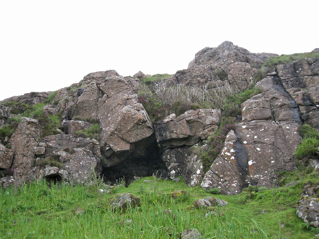 Cave in Creag a' Chapuill - closer view