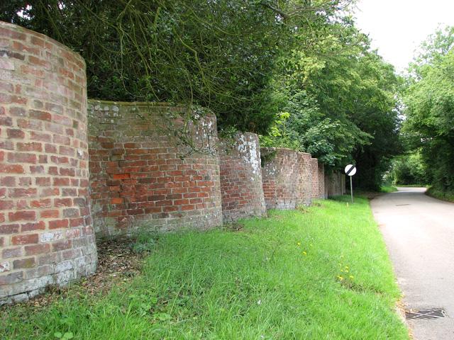 Old crinkle-crankle wall beside Walpole Road, Bramfield