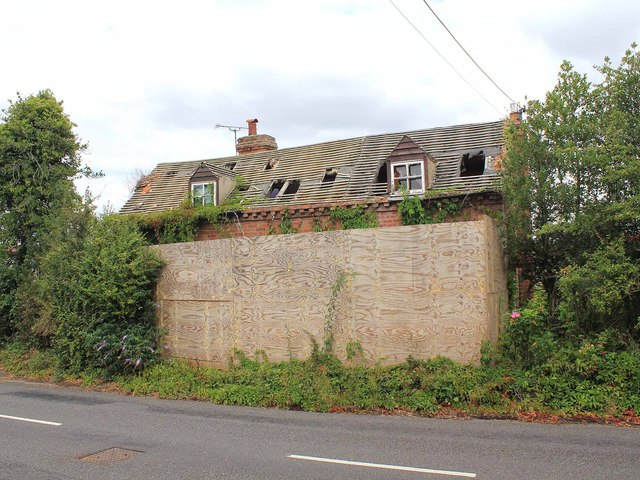Derelict cottage on Snitterfield Road
