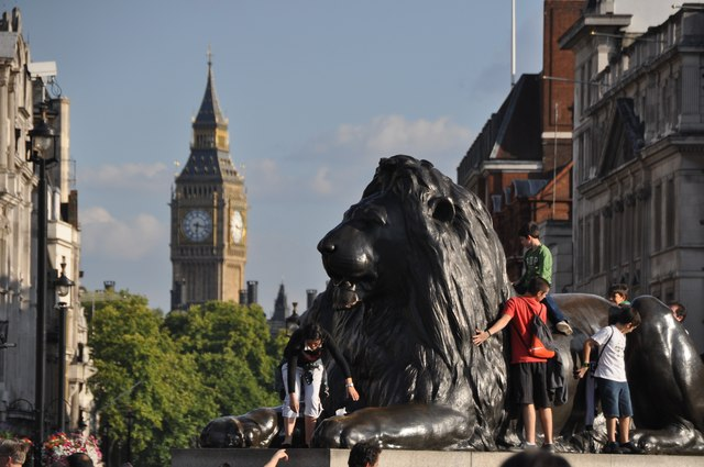 London : Westminster - Lion Statue & Big Ben
