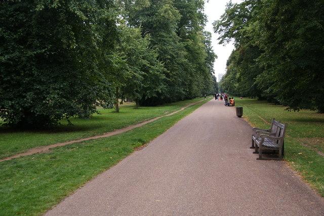 Long straight path in Kensington Gardens