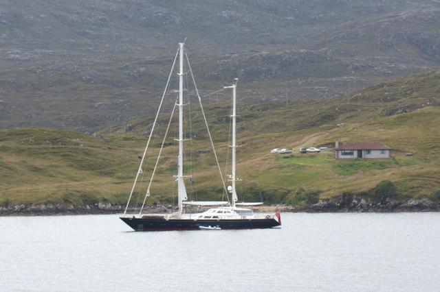Yacht in Loch Tarbert (Loch an Tairbeairt) off Direcleit