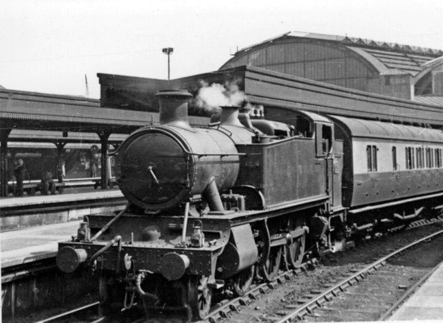 A typical GWR suburban train leaving Paddington