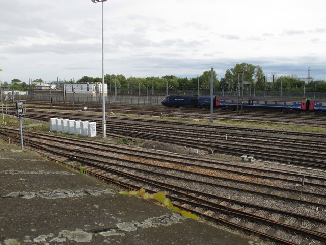 Old Oak Common - sidings, main line &train