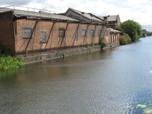 Grand Union Canal, buildings on Hythe Road