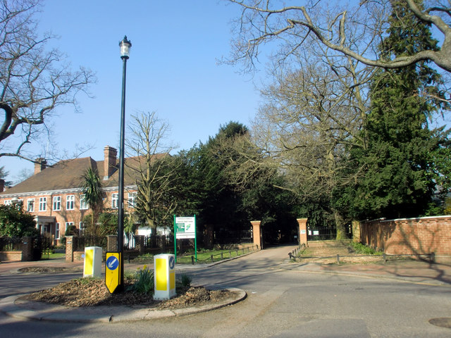 Mini Roundabout and Entrance to Grovelands Park, Broad Walk, London N21