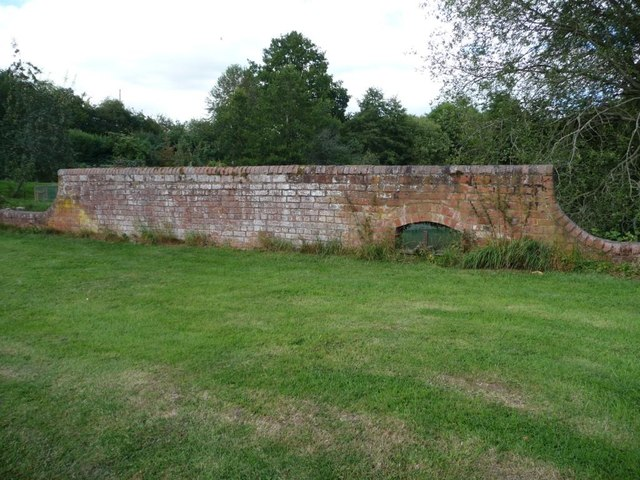 Wall with a sluice gate, Lower Ledwyche