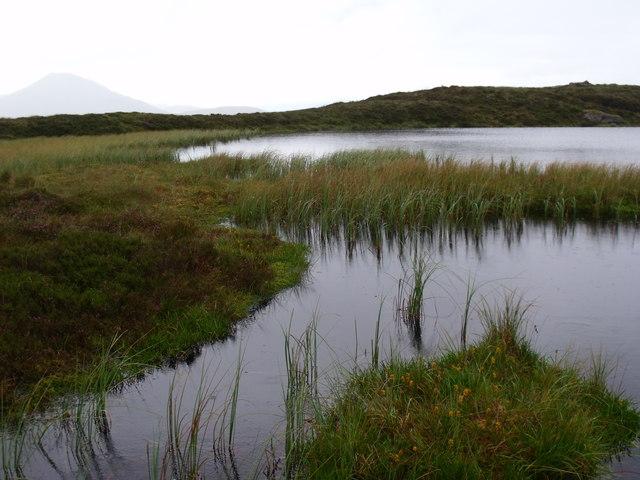 Flow end of lochan north of Binnean  nan Gobhar