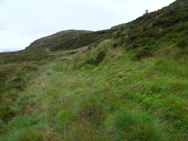 Looking north-east along the foot of wee ridge cradling Binnean nan Gobhar's lochan