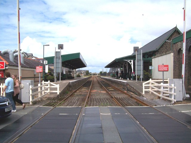 Barmouth railway station from the level crossing