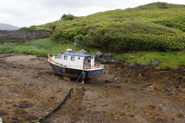Boat at low tide at Amhuinnsuidhe