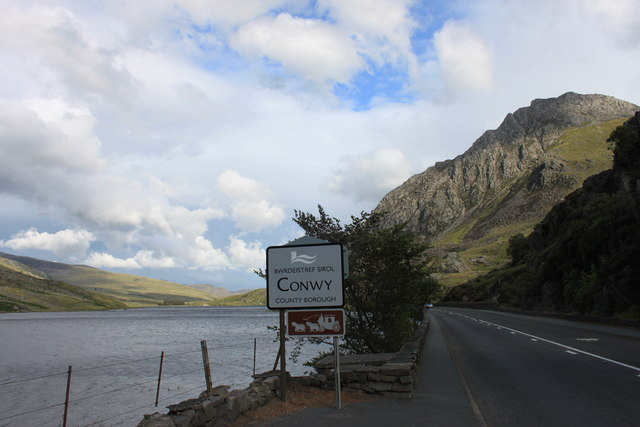 Llyn Ogwen and county boundary